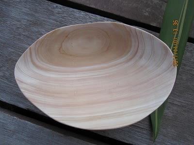 檜の器、木の美しい木目が磨きこんだら出てきました。 裏側に高台を付けま... 檜と白樺の木彫器作