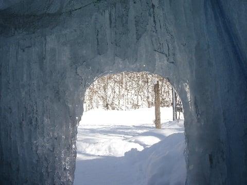 氷のかまくら内部