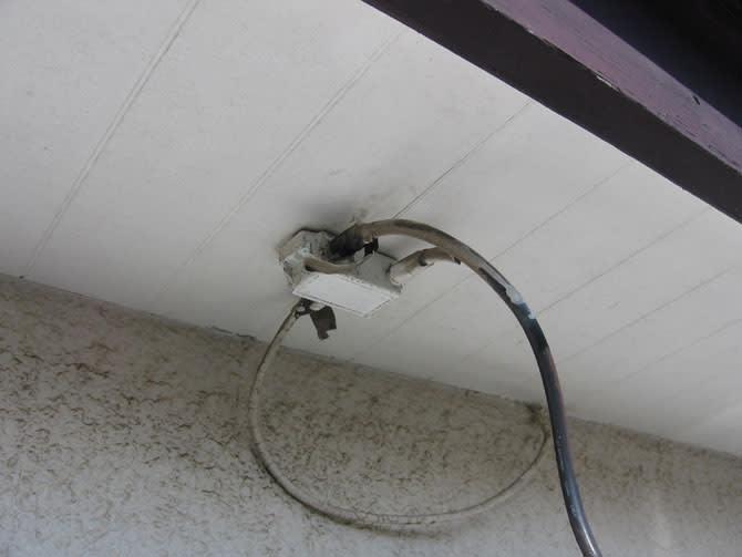 軒下に分配器がついていました。 でもこの分配器は使用されていませんので...  増田デンキ 千葉