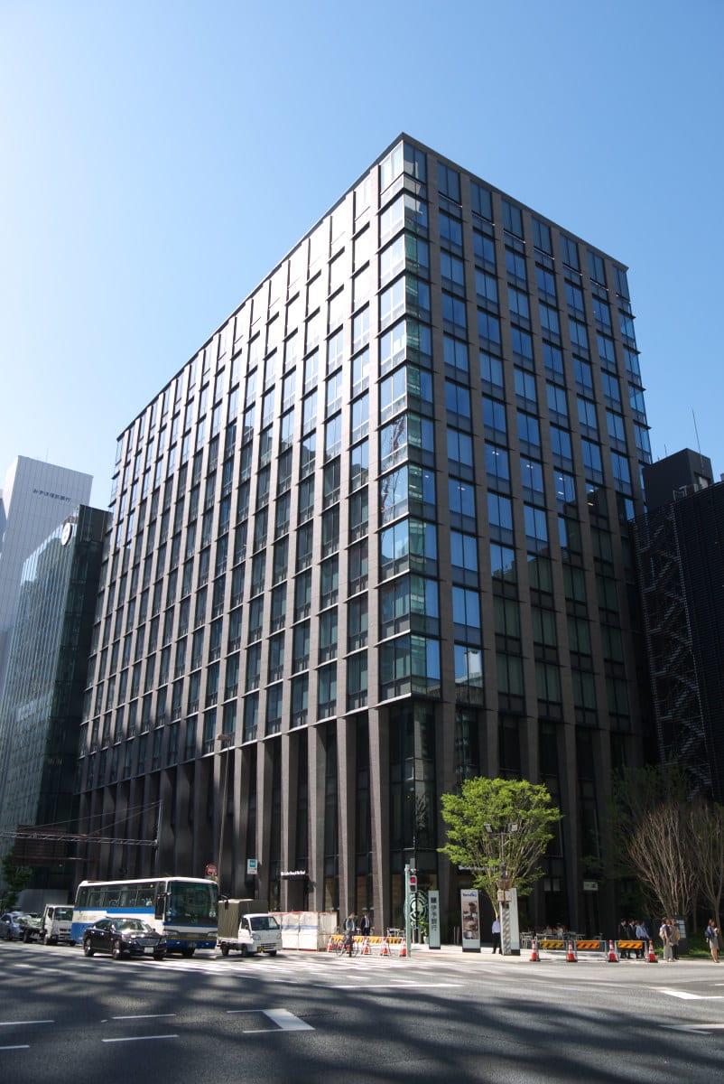 「住友不動産 東京日本橋タワー」のオフィスエントランス前から撮影した「東京建物日本橋ビル」の高層オフィスビルの全景です。地上13階・地下2階建て、高さ56