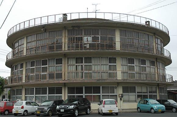 赤瓦の散策を終え、倉吉市役所の通りを西へ行くと、道路沿いに円形の建物が見えてきます。 昭和30年に建設され、昭和51年まで使用されたそうです。