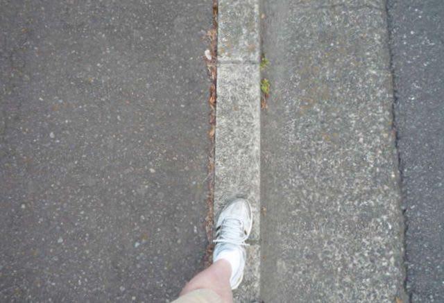 縁石上を歩く