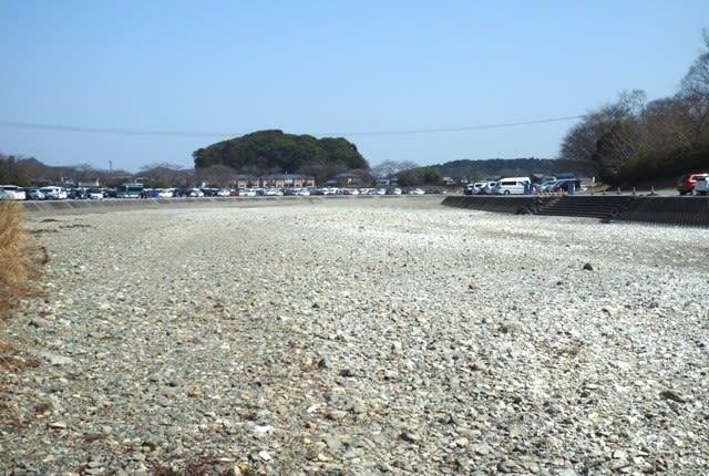 三月に入って、対岸まで完全に干上がった五十鈴川の川原 ~ 3月20日撮影