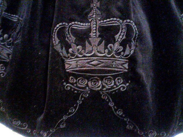 王冠刺繍は大きめで凝っていてとても可愛いです☆ 王冠と王冠の間を蔓薔薇... 別珍王冠刺繍スカー
