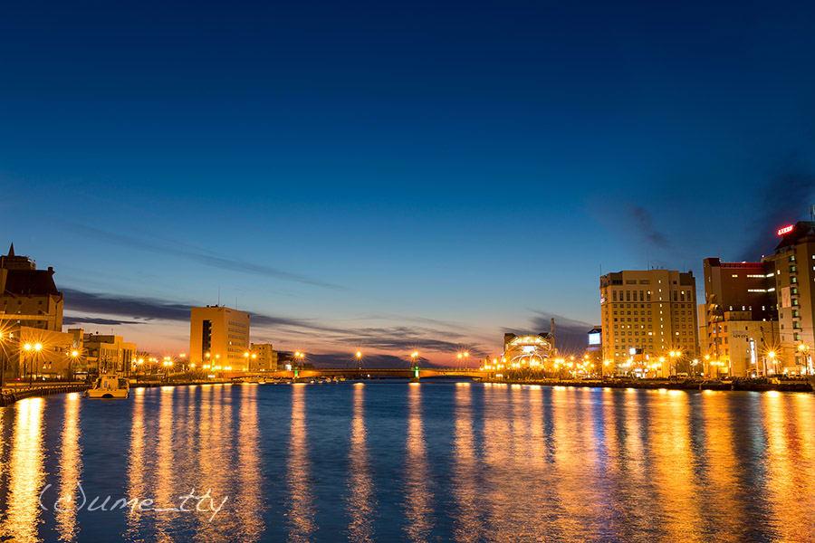 夕日や夕焼けもキレイだが、深い青に染まる釧路川もなかなかのもの。 夕空と闇夜の間の僅かな時間に訪れる。