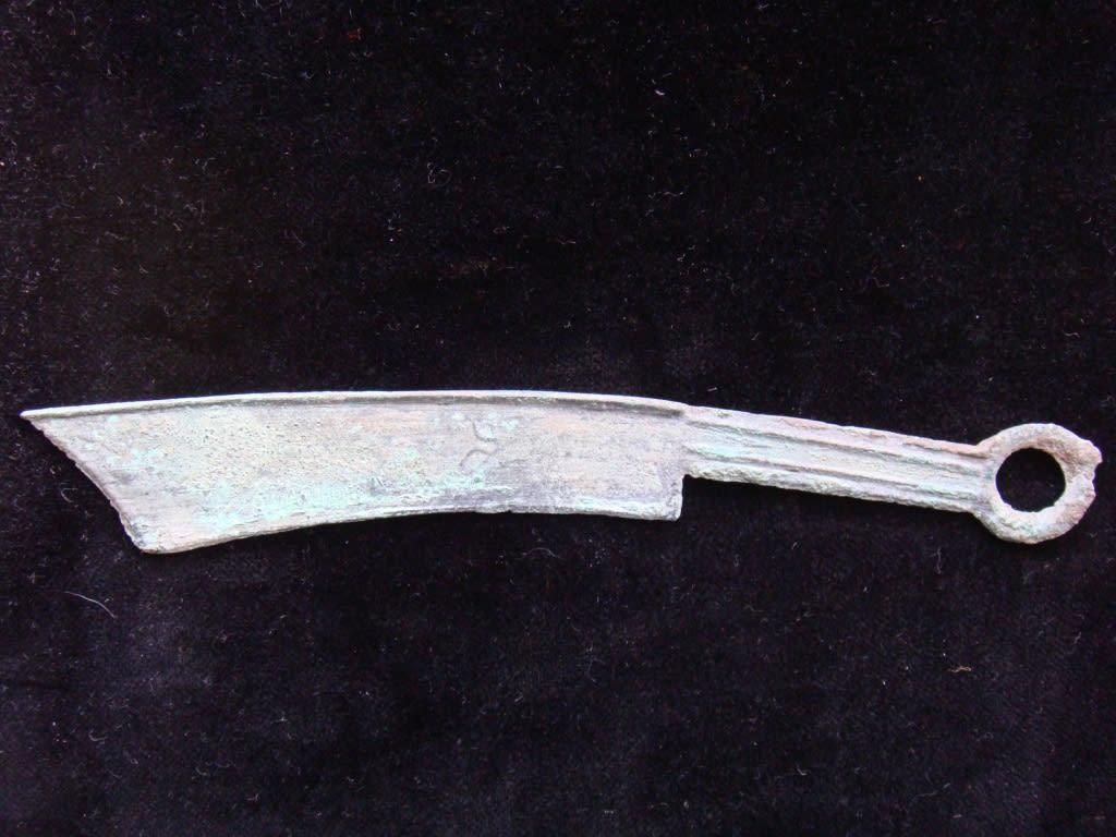 春秋時代燕の国のお金 斉の刀銭よりは 格段に落ちるが まだ 体裁をとどめている これも色々種類が