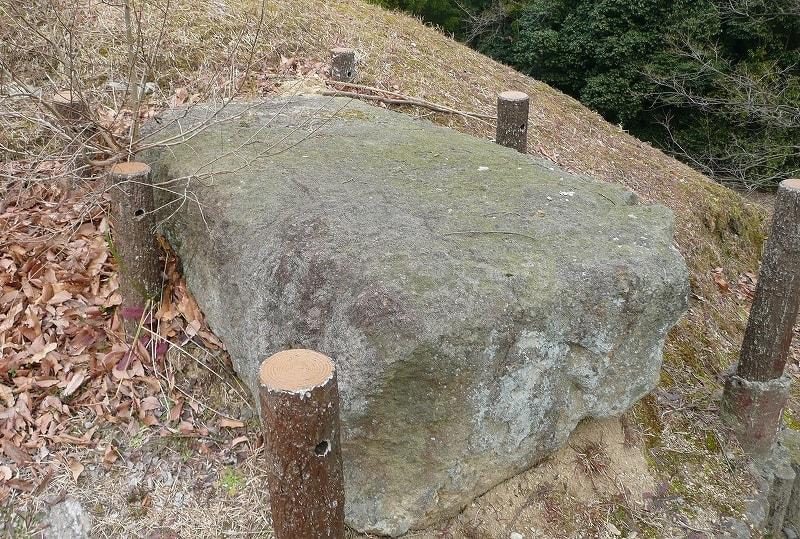 石室横にある石材