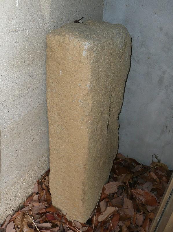 石棺の隅に置かれる石材