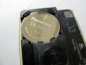 電池はCR2032。上側を+にしてセットする