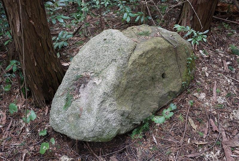 東古墳前の石