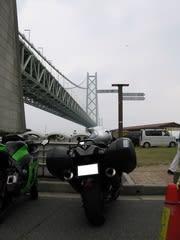 道の駅あわじにて。明石海峡大橋とのツーショットなんだけど、この辺りから雲行きが怪しく…(汗)