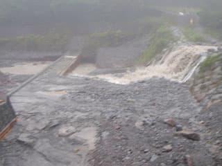 南光河原。新しく作られようとしている堰堤が半分以上埋まってしまっています。金門は30年前は1段だった気がする。と言う話も、ありますが、写真で見る限りは2段?