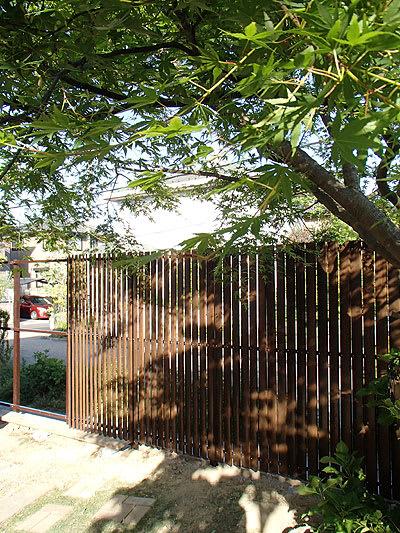 昨日のつづきでウッドフェンスの取り付けです。まだ完成ではありませんが、続... 剪定とか庭づくり