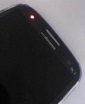 充電中を示す赤色で通知LEDが点灯