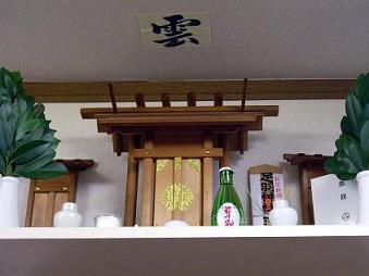 日本の神道では、高天原という「雲」の上の世界に住んでるのが神様。 キリスト教でもイエスは「雲」に