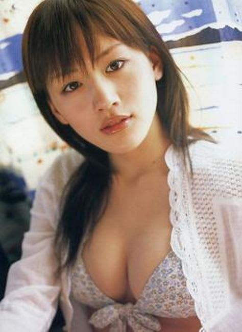 首をかしげてじっと見つめる少し幼く見える綾瀬はるか
