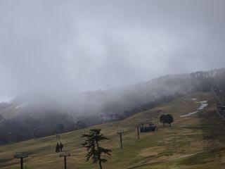 大山のスキー場。ちょこっと雪が残るばかり
