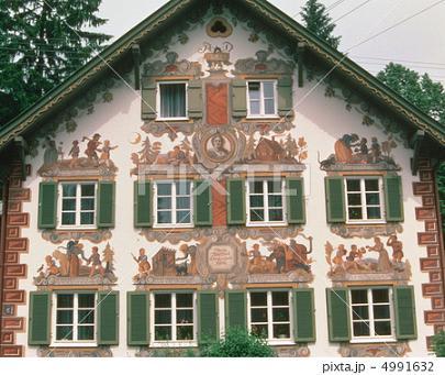 ドイツ建物の窓は絵の装飾 本物はドレでしょう? ☆