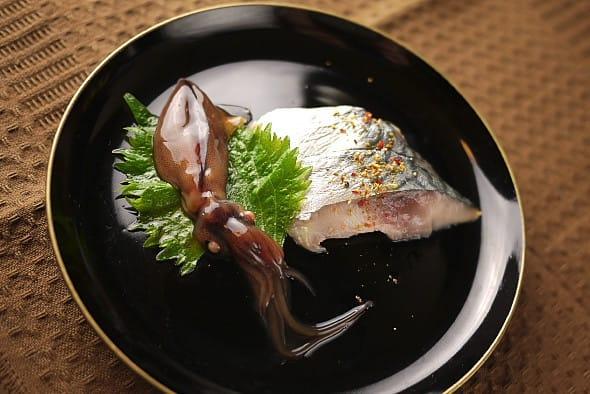 沖漬けと〆鯖 とりあえず作りおきの沖漬けと〆鯖で。〆鯖は昨日よりだいぶ味が染みて生っ... 生海