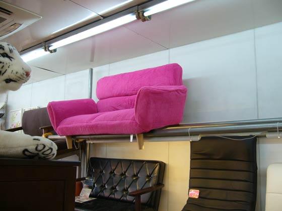 コンパクトサイズなのでワンルームに最適 ピンク色のかわいいソファが新登場