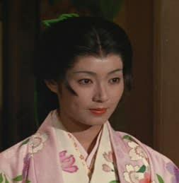 着物を着て髪の毛を一つにまとめて凛々しい島田陽子