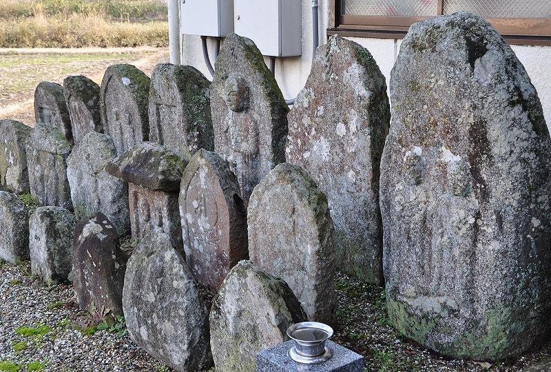 八幡寺跡石像群