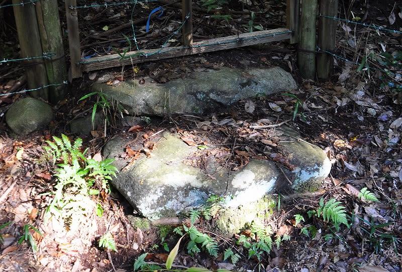 稲荷社脇の古墳石材?