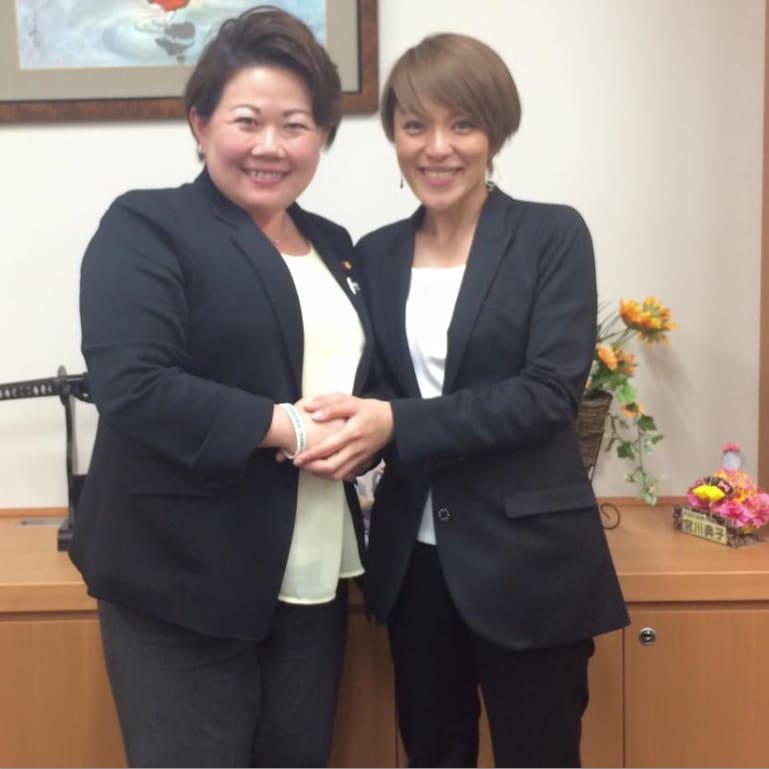 左は韓国の教育制度を絶賛した宮川典子議員です。 今井絵理子との2ショットが、宣伝になると思っているとしたら、 この方もおバカさんでしょう。