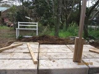 昨日から、門に使っていた石を運びだし石畳をつくってます。 手前にある木... 庭作り★