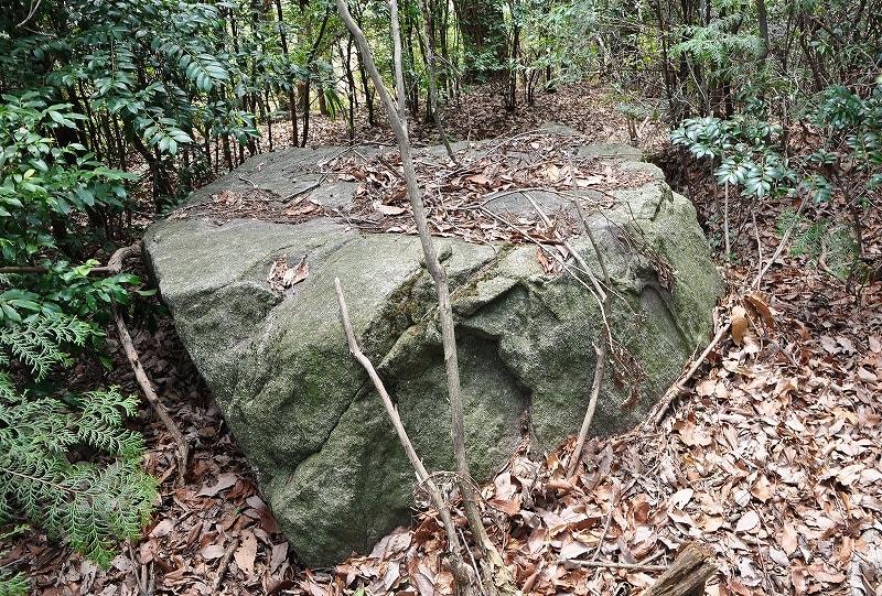 ボウジ1天井石