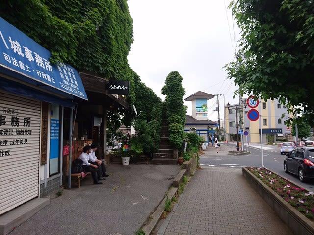 京成成田駅東口を出て左に歩き突き当りを右折し真っ直ぐに進むと左側に「clover(クローバー)」はあります