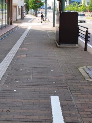 自転車通行帯 - 広く浅く