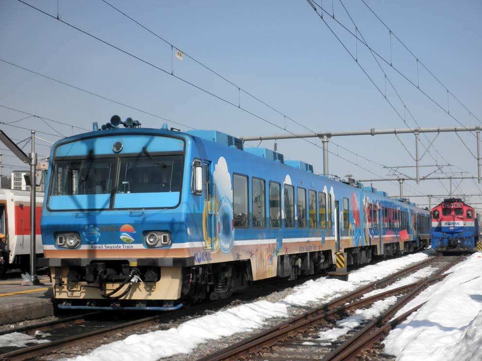 しかしながらパダ列車は、装いが一般列車とは大きく異なるイラスト入りである... 韓国東海岸を走る