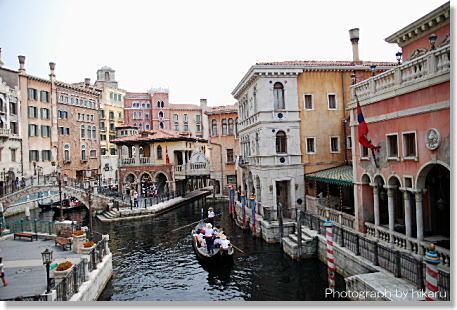 目的は、このヴェネツィアンサイドにあるレストラン \u201cリストランテ・ディ・カナレット\u201dで食事することなのでした! テラス席では、運河に面して並ぶ美しい建物や、