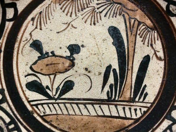 居間のテレビの脇に飾って毎日本作品を眺めていますが、なかなか面白い作品で... 草花紋瀬戸絵石皿