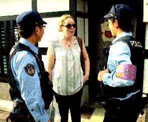 英語で道案内する警察官