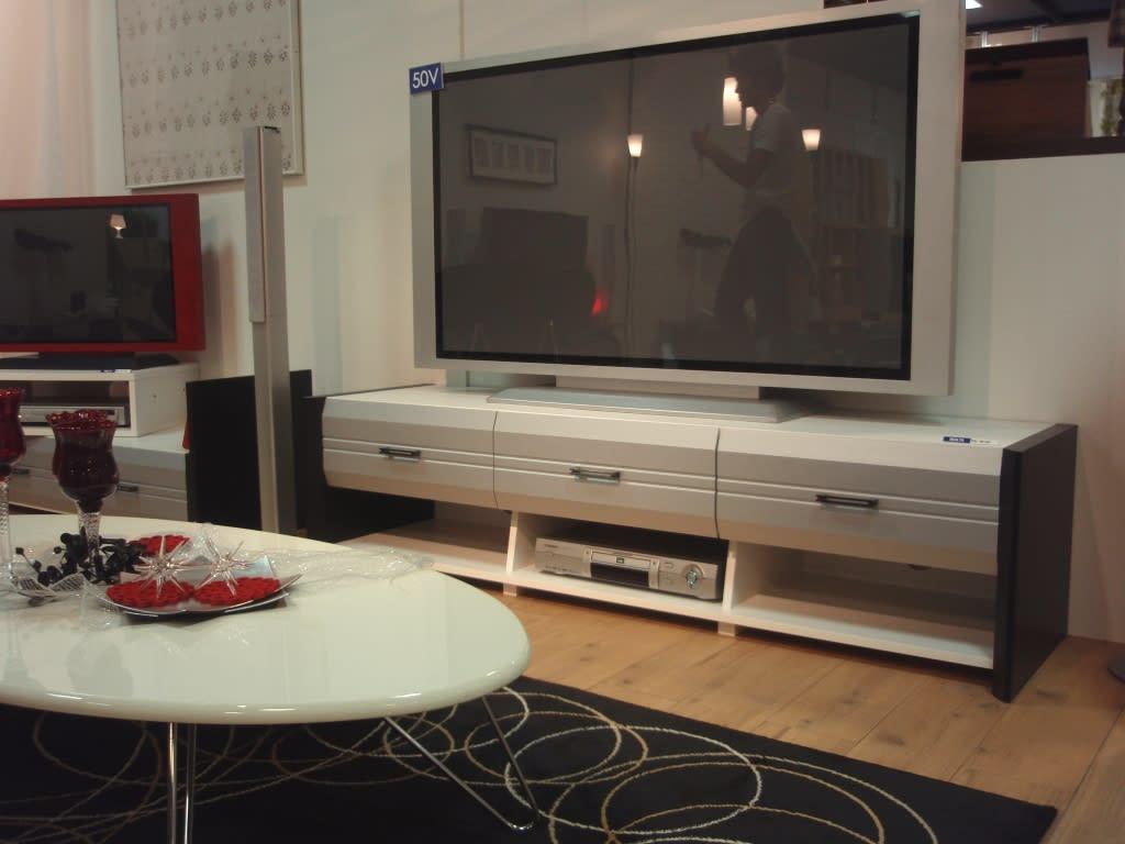 こちらも未来的なデザインのTV台 特にうちの社長が気に入ってました