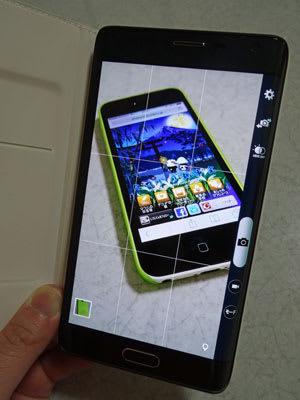 Flip Wallet装着時の撮影スタイル。エッジスクリーンにシャッターなどが表示される