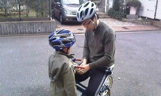 自転車修理をしています。