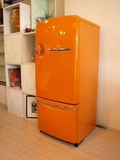 オレンジ色の冷蔵庫で楽しい毎日 カラー冷蔵庫で毎日おしゃれに