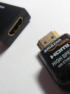 標準サイズのHDMIケーブルを接続「
