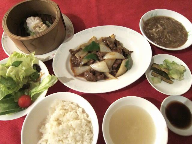 本日のランチ「松」(牛肉のカレー炒め・もやしのオイスターソース煮)