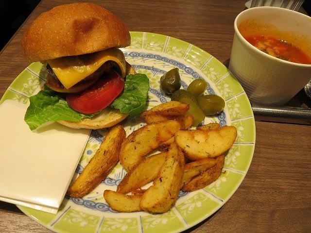 チーズバーガーポテトフライ付き+本日のスープ(玄米が入ったミネストローネ)