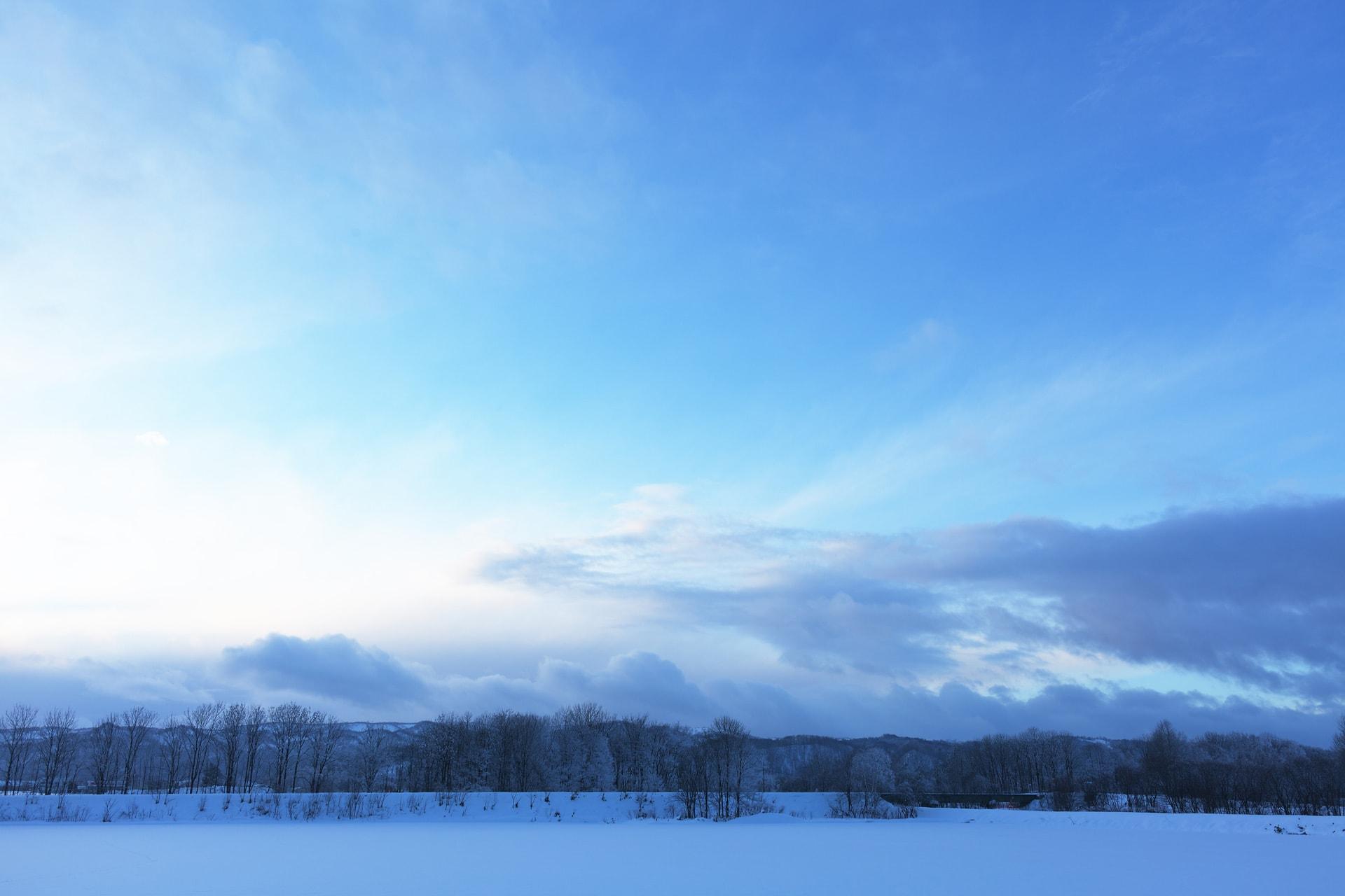 空の青と雪画像