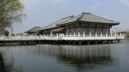 昭和63年に開催された「ならシルクロード博」を記念して建てられました ...  奈良の名所・古跡