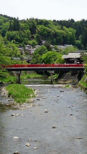 高山市内中心部を流れる宮川にかかる赤い中橋を望む