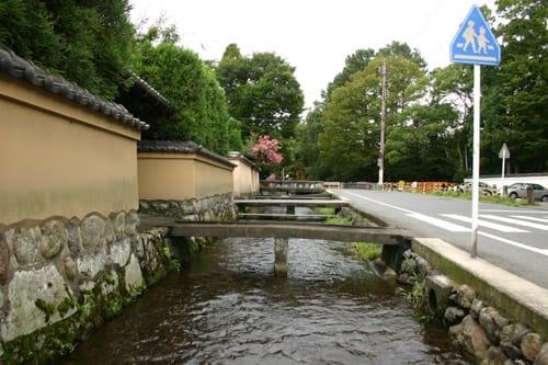 この記事についてブログを書く 賀茂の社家の特徴は、庭内に明神川の水を取り入れ『曲水の宴』のための