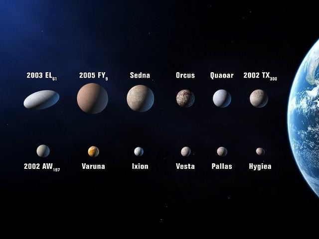 (準惑星候補天体の想像図。左上がハウメア(2003 EL61)。その右... 細長い準惑星「ハウ