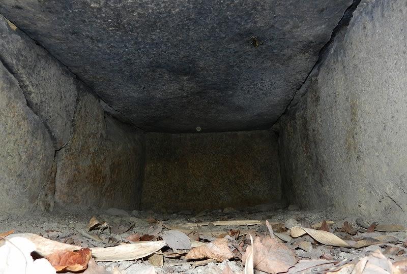 横口式石槨内