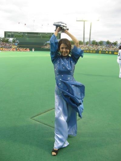 ブルーの衣装を着て始球式に出ているひし美ゆり子の画像